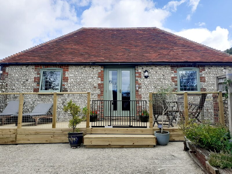 Newly refurbished detached South Downs flint barn with log burner, vacation rental in Ripe