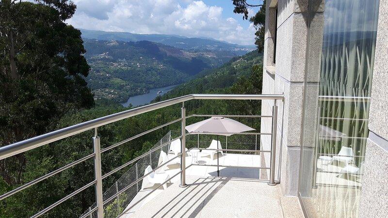 Casa Douro Terrace - River Views 60' from Porto, holiday rental in Massora