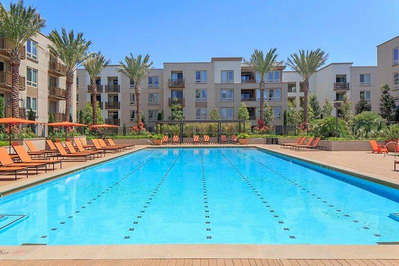 Newport Beach Vacation Rental with large patio and hotel like aminities, aluguéis de temporada em Corona del Mar