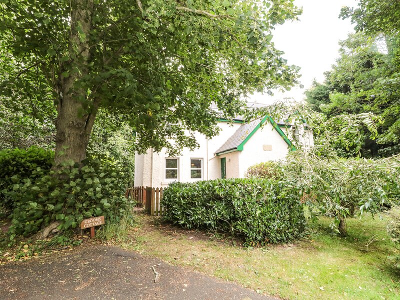 GROOM'S COTTAGE, pet friendly, country holiday cottage, with a garden in, holiday rental in Norham