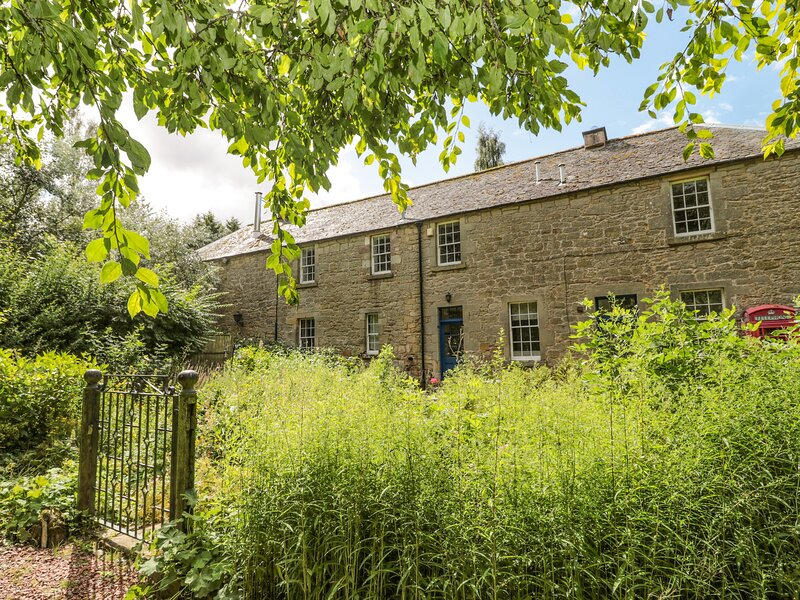 THE COACH HOUSE, romantic, character holiday cottage, with open fire in, holiday rental in Norham