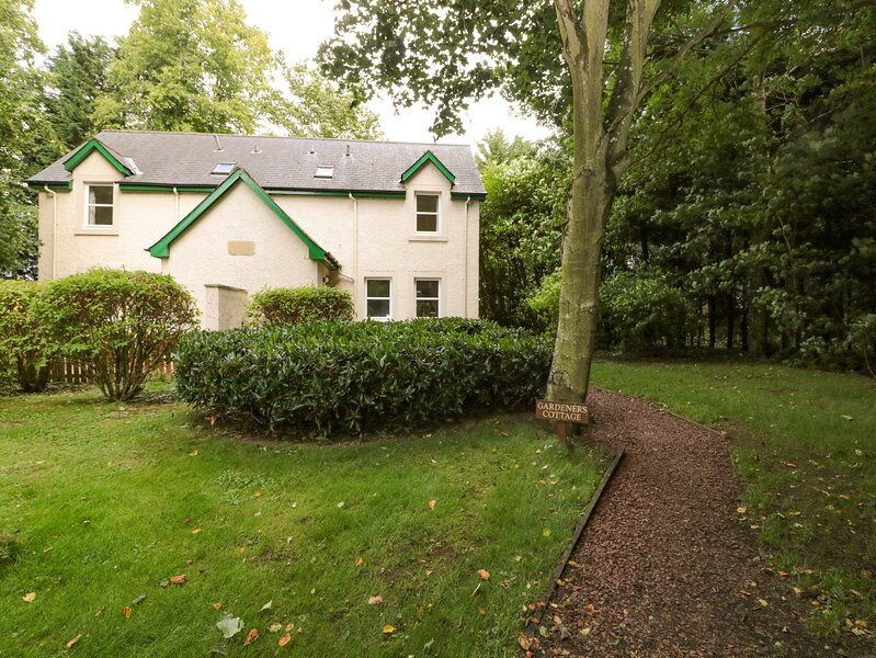 GARDENER'S COTTAGE, pet friendly, country holiday cottage, with a garden in, holiday rental in Norham