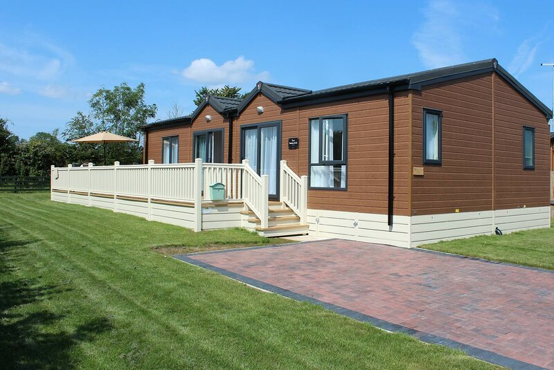 Luxurious Lodge 2 / 3 bed With Hot-Tub. York 6 Mls, vacation rental in Full Sutton