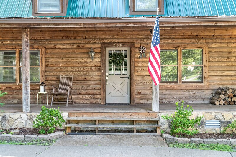 Campbell Log Cabin! Historic Charm, Modern Luxury, holiday rental in Southside