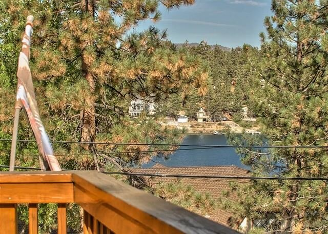 NEW CABIN! Crystal Cove at Boulder Bay -w/LAKE VIEW and STEPS TO LAKE, holiday rental in Angelus Oaks