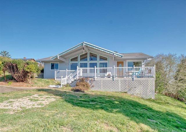 NEW! Amazing Views, Mid-term only, cozy cottage, Pets OK (BEAR), holiday rental in Ilwaco