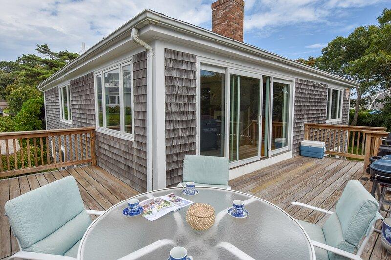 #639: Spacious Home w/ Ocean Views, Walk to Nantucket Sound Beach & Bring Your D, aluguéis de temporada em South Chatham