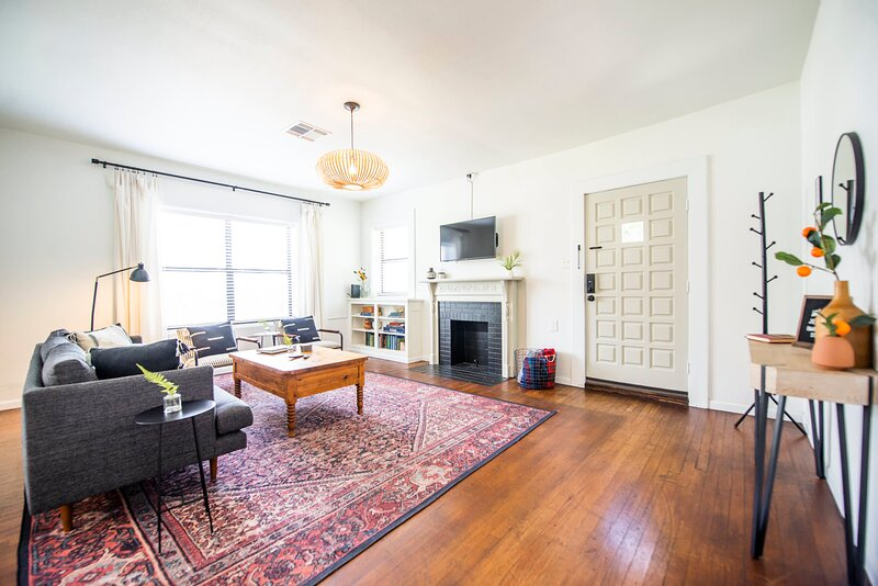 'Newly Updated!' Cozy 1927 Uptown Tudor 4 min to Magnolia, holiday rental in Lorena