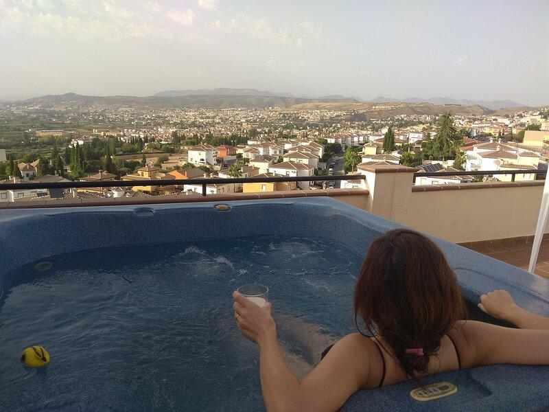 Beautiful Penthouse With Huge Terrace And Jacuzzi, alquiler vacacional en Dílar