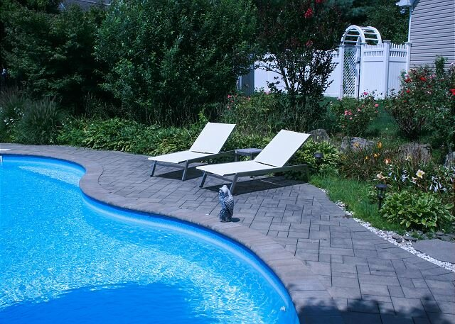Large 4BR North Fork Home  heated Saltwater Pool Vineyards Farm Stands, location de vacances à Baiting Hollow