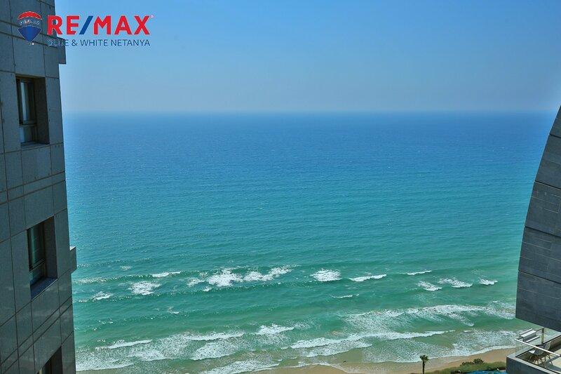 דירה מפוארת על הים עם בריכה ומכון כושר, vacation rental in Hadera