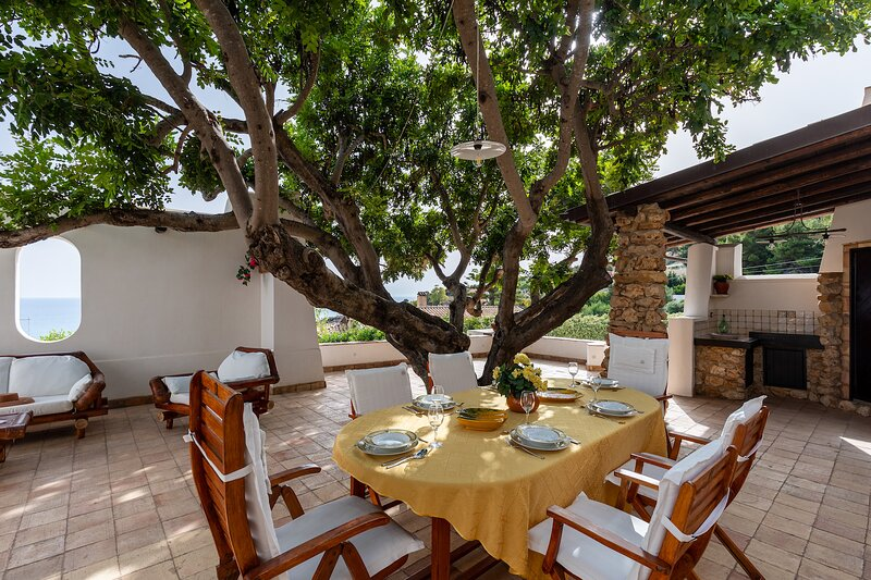 VILLA WITH PANORAMIC VIEW OVER THE SEA, holiday rental in Licata