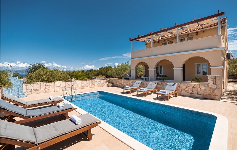 Stunning home in Vela Luka with WiFi and 4 Bedrooms (CDS264), holiday rental in Potirna