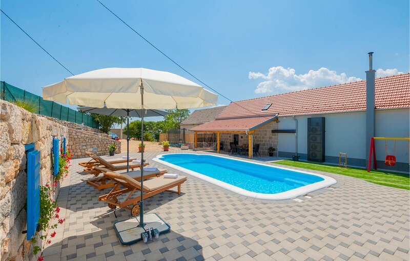 Stunning home in Imotski with Outdoor swimming pool, WiFi and 3 Bedrooms (CDC575, location de vacances à Posusje