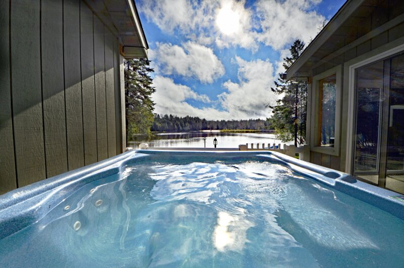 ⛱⛰⛷ POCONOS LAKE FRONT CABIN ★ HOT TUB, 4-Season Rm 2 Fireplaces Game Ro, holiday rental in Blakeslee