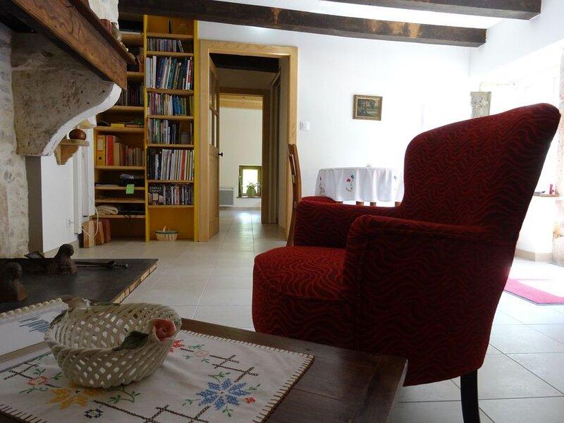 Gîte au calme, raffiné, avec petit-déjeuner bio et ménage quotidiens, holiday rental in Neufchateau