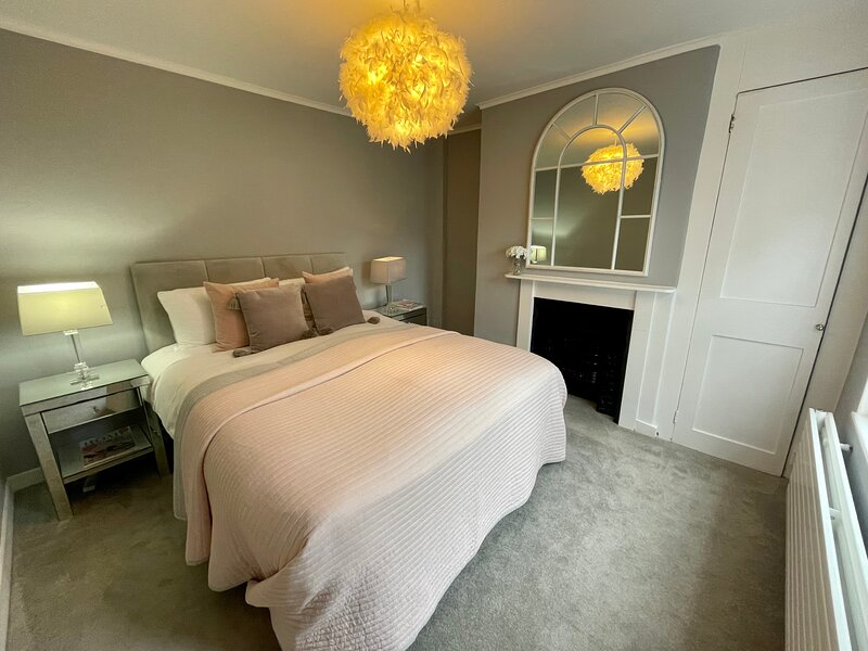 Luxury 4 Bedroom House With Garden & Close to the River, vacation rental in Henley-on-Thames