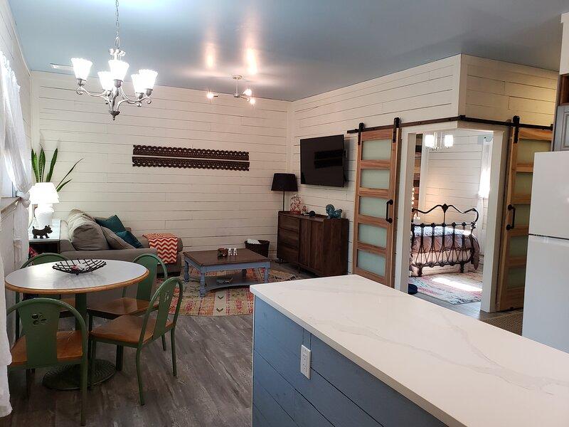 The Neighbors Penticton Guest House, vacation rental in Okanagan Falls