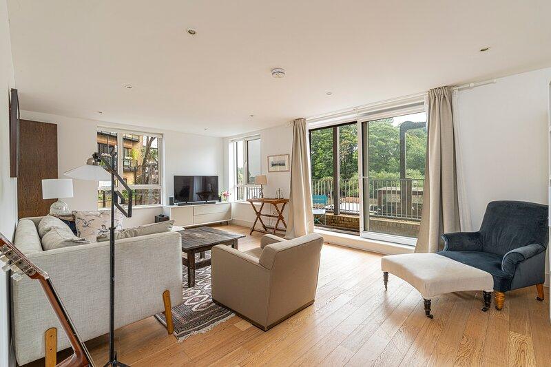 Stylish 2-bed flat w/ waterside balcony in Richmond, South West London, holiday rental in Hounslow
