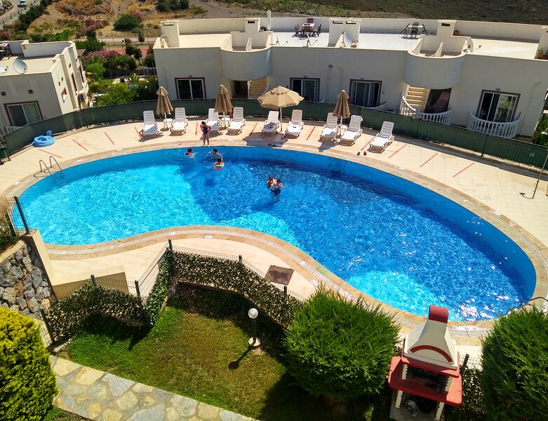 BODRUM FABULOUS LAKE VIEW APARTMENT WITH 4 SWIMMING POOLS NEAR TO BEACHES, holiday rental in Dorttepe