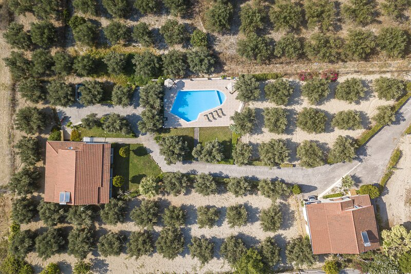 2 Villas Complex, Near the Sea! Ideal for Groups!, holiday rental in Pigi
