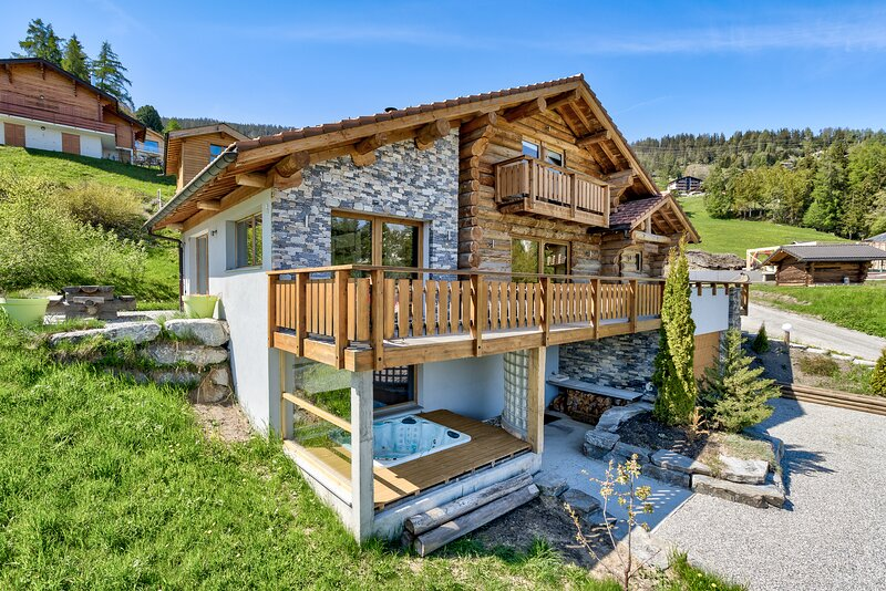 Chalet l'Oustal del Leon -5 Bedroom chalet with Sauna and Jacuzzi, holiday rental in Riddes