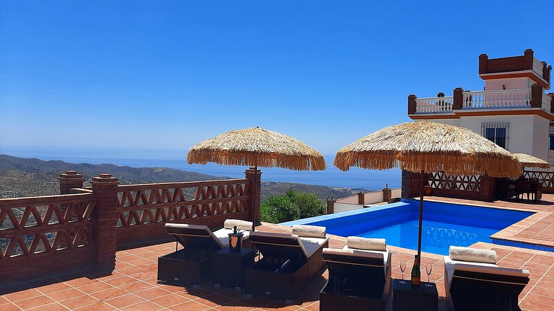 5 Bedroom Luxury Sea & Mountain view Villa with Private Pool, holiday rental in Moclinejo