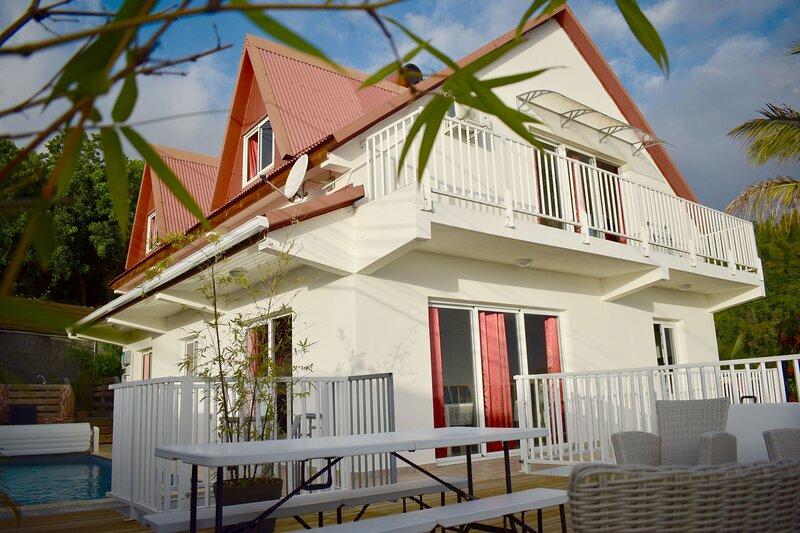 Amazing villa with swimming-pool, location de vacances à Les Avirons