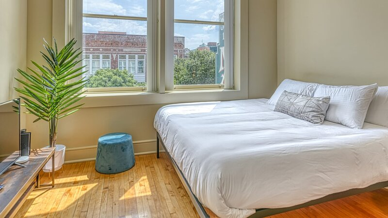 Kasa Columbia★King-Bed Studio, Self Check-In + Free Parking★Main Street, holiday rental in Ballentine