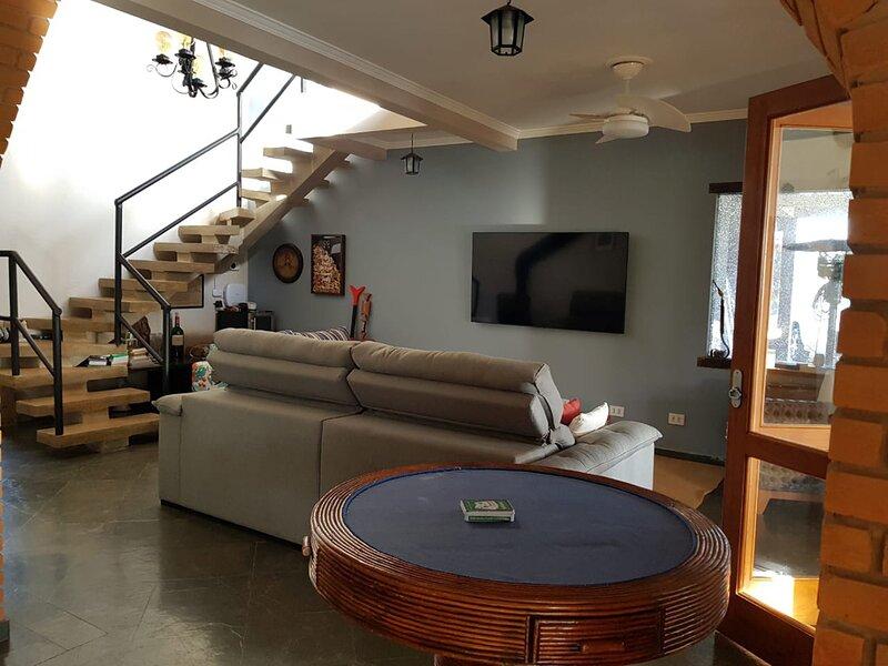 NOVO: Incrível casa de campo c/ piscina e churrasq, holiday rental in Paranapanema