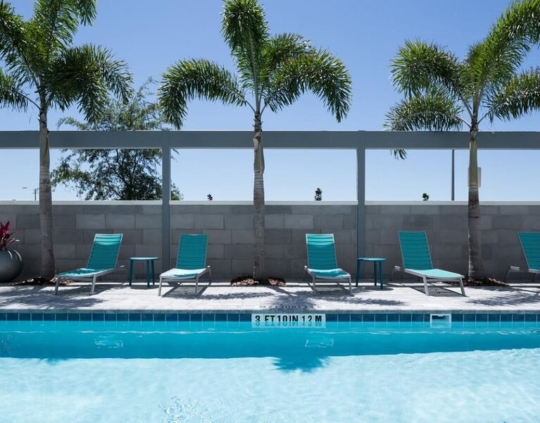 ORLANDO ESCAPE STARTS HERE! KING SUITE, POOL, BBQ, holiday rental in Southport