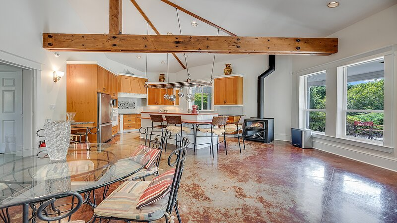 Country Charm at Tod Creek Farm, vacation rental in Central Saanich