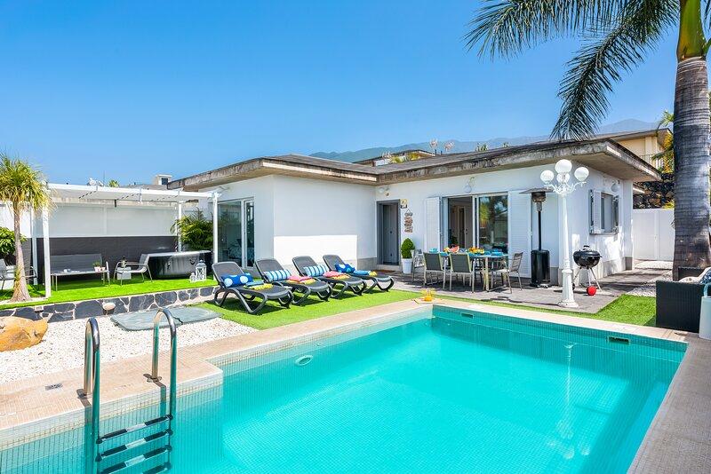 Luxury Modern VILLA,HEATED POOL, WIFI, BBQ, TEIDE VIEWS., alquiler de vacaciones en Puerto de la Cruz