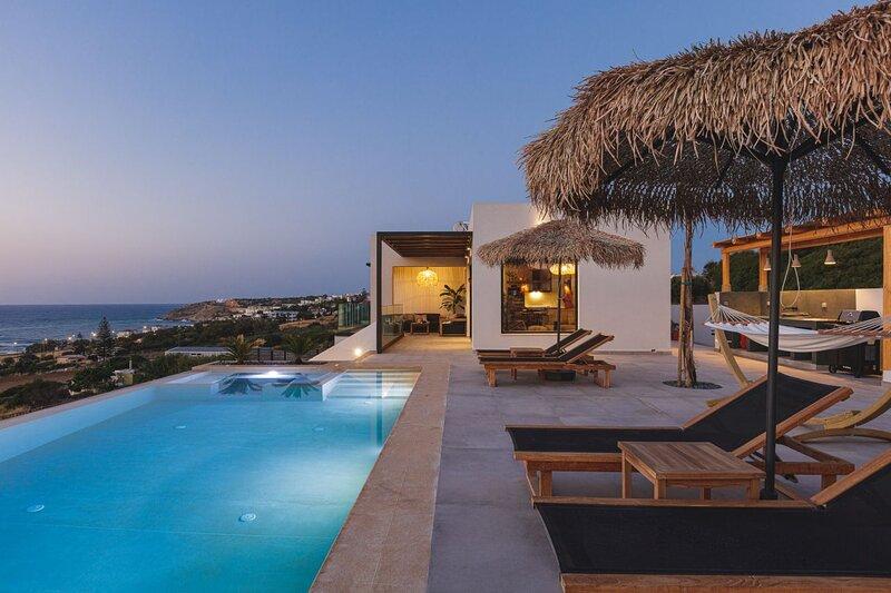 Lux Villa w/ Private Infinity Pool, Jacuzzi & Great Seaview, 500m from Sea (C), alquiler de vacaciones en Skaleta