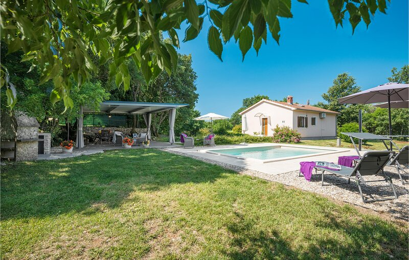 Beautiful home in Bale with WiFi, 2 Bedrooms and Outdoor swimming pool (CIC942), vacation rental in Smoljanci