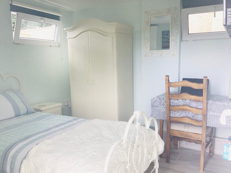 Solo Lo-impact cosy studio In Cornish countryside, holiday rental in St Stephen