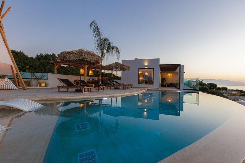 Luxury Villa w/ Private Infinity Pool, Jacuzzi & Seaview, 500m from Beach ( Z ), alquiler de vacaciones en Skaleta