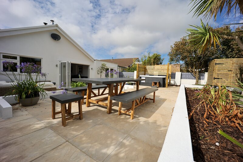 Luxury Seaside Property with Hot Tub, Sea Views & Private Garden, holiday rental in Porthtowan