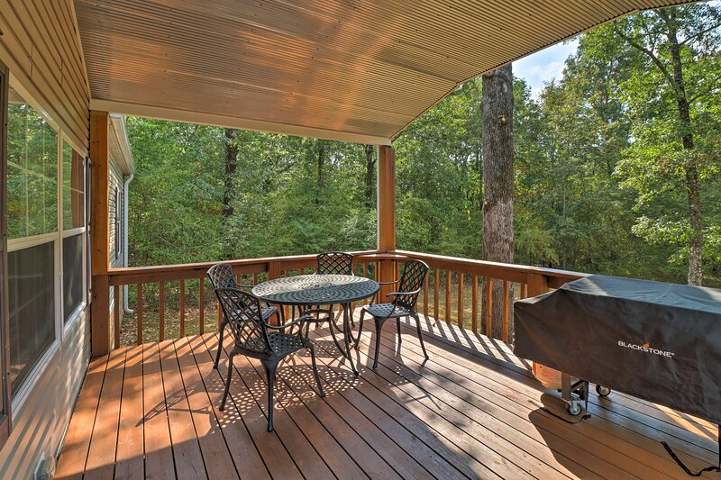 Lakefront Greers Ferry Cabin w/ Covered Boat Slip!, holiday rental in Shirley