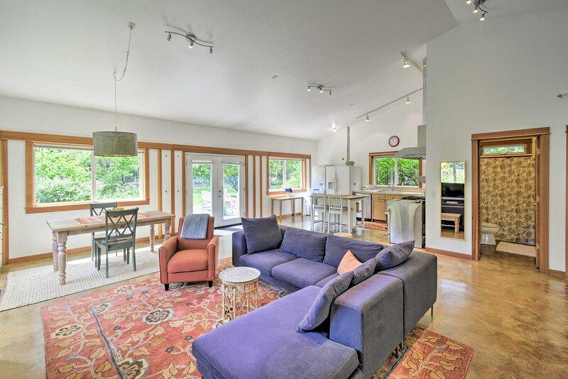 NEW! Updated Vashon Island Studio w/ Yard & Ponds!, holiday rental in Wauna
