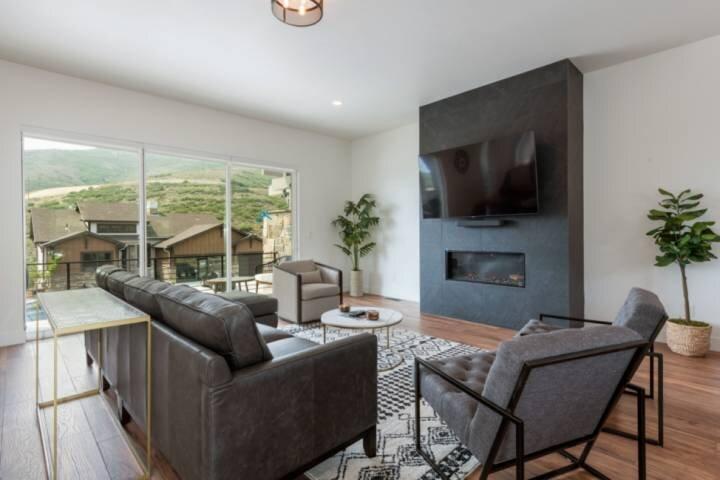 *NEW LISTING w FREE Ski Rental* Newly Built Fresh & Chic Contemporary Ski Home w, alquiler de vacaciones en Oakley