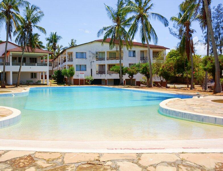 House Alizeti, 3 bedroom oceanfront with a pool, alquiler vacacional en Kikambala