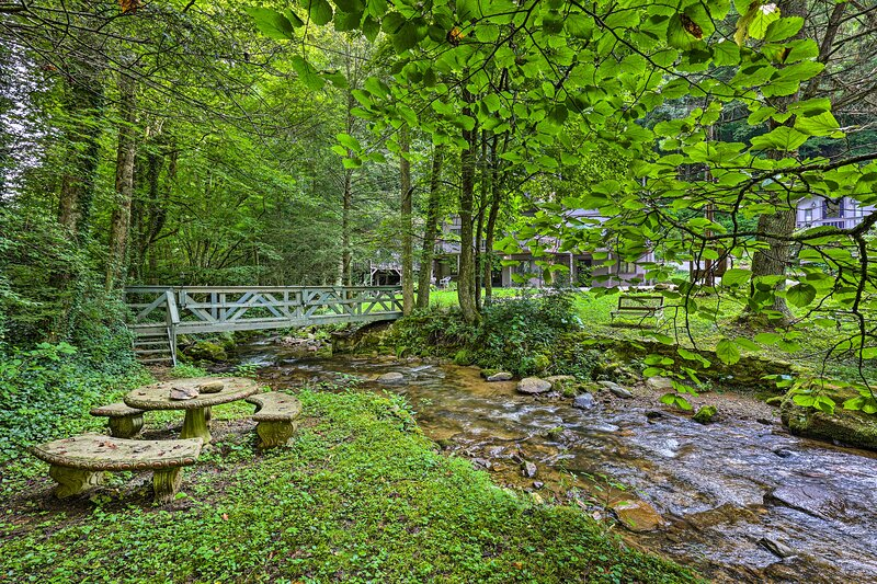 NEW! 'The Chalet Retreat' Cabin Across from Creek!, casa vacanza a Roan Mountain