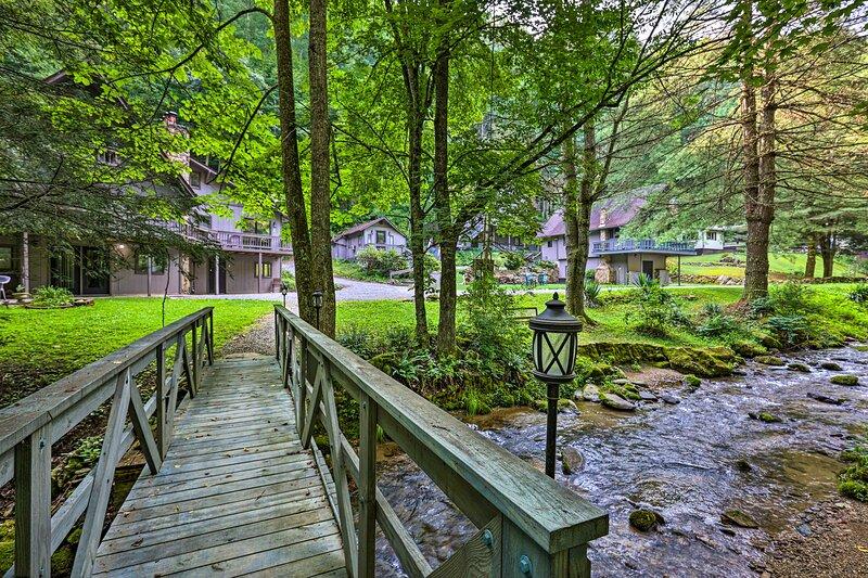 NEW! Chalet Retreat: Cozy Cabin w/ On-Site Creek!, casa vacanza a Roan Mountain