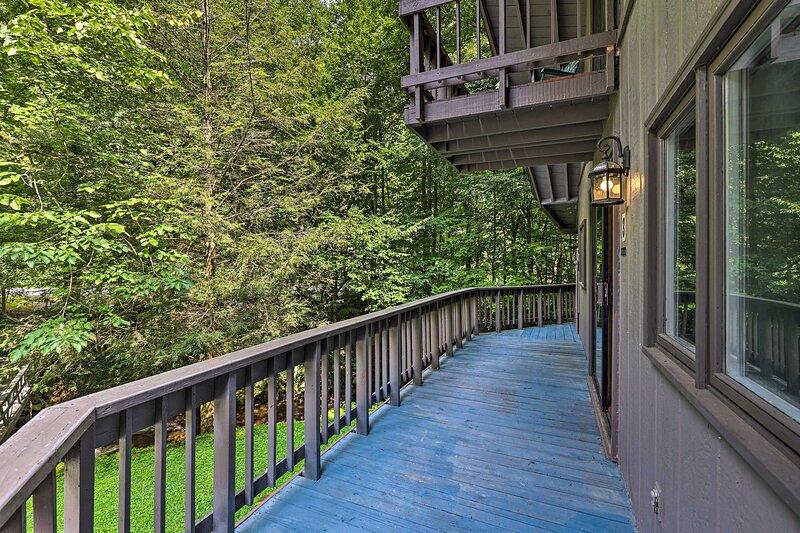 NEW! Roan Mountain Creekside Cabin: Hike & Fish!, casa vacanza a Roan Mountain