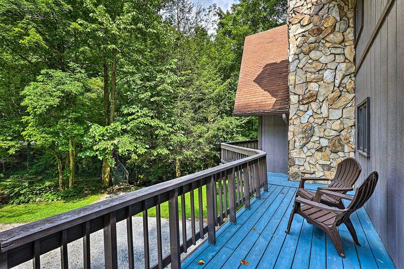 NEW! Peaceful Roan Mountain Escape: On-Site Creek!, casa vacanza a Roan Mountain