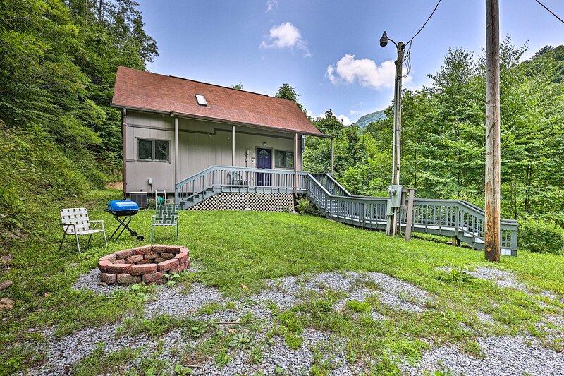NEW! Idyllic Roan Mountain Cabin Across from Creek, casa vacanza a Roan Mountain