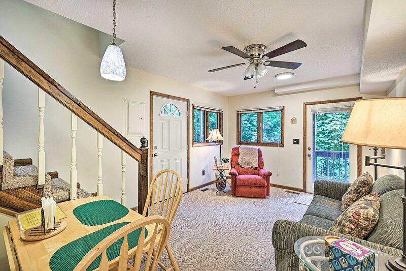 NEW! Cozy Roan Mountain Cabin w/ Private Balcony!, casa vacanza a Roan Mountain