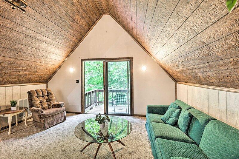 NEW! Charming Roan Mtn Cabin Across from Creek!, casa vacanza a Roan Mountain