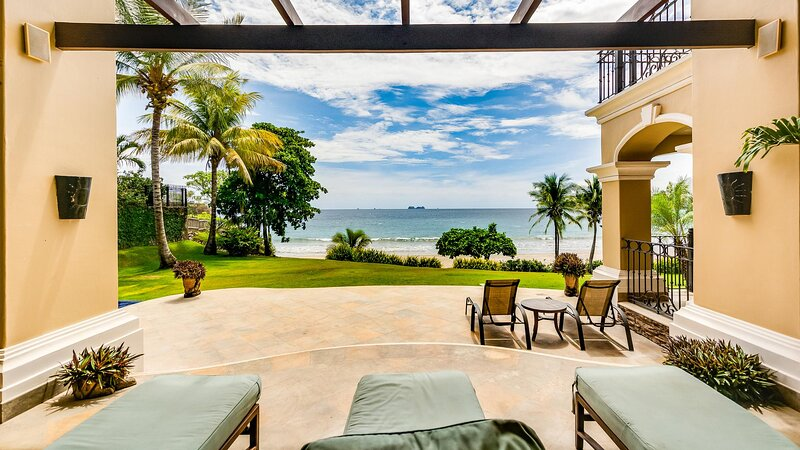 Stunning beachfront Flamingo mansion with incomparable ocean setting, vacation rental in Playa Flamingo